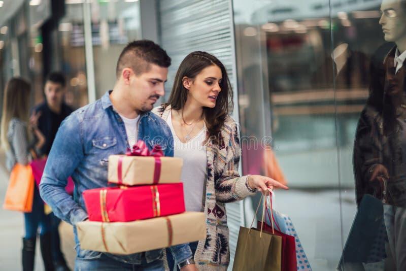 Unga par som gör julshopping royaltyfria foton