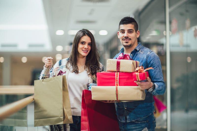 Unga par som gör julshopping royaltyfri bild