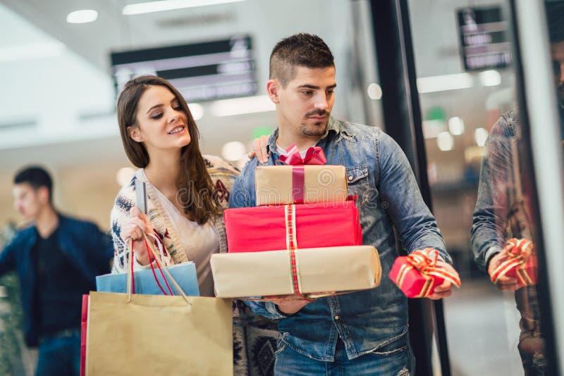 Unga par som gör julshopping royaltyfria bilder