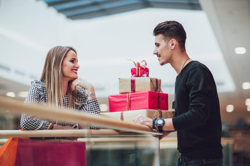 Unga par som gör julshopping arkivfoto
