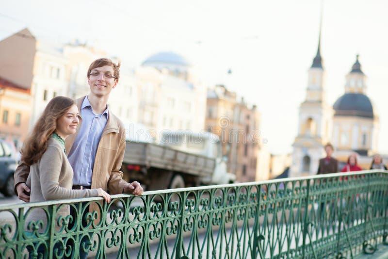 Unga par som har ett datum utomhus royaltyfri bild