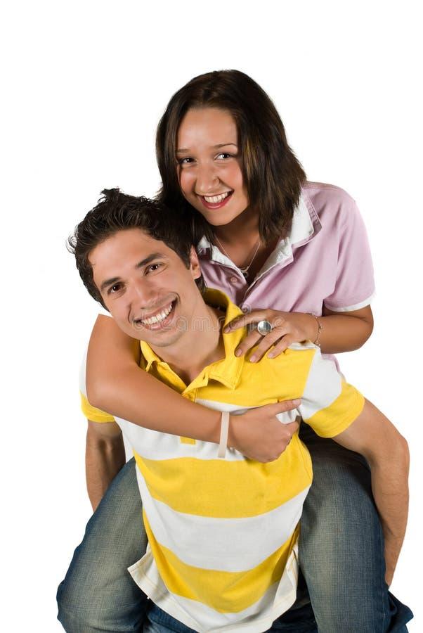 Unga par som har gyckel royaltyfri fotografi