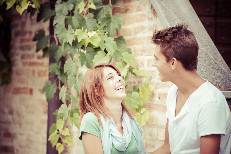 Unga par som har gyckel i parken royaltyfri bild