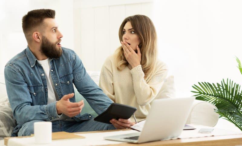 Unga par som klarar av familjbudgeten som beräknar kostnader arkivfoton