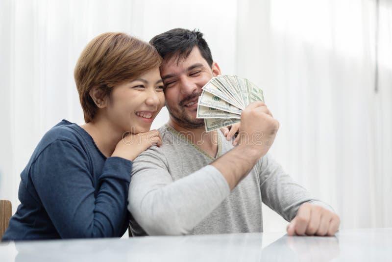 Unga par som rymmer pengar för köp deras nya hus arkivfoto