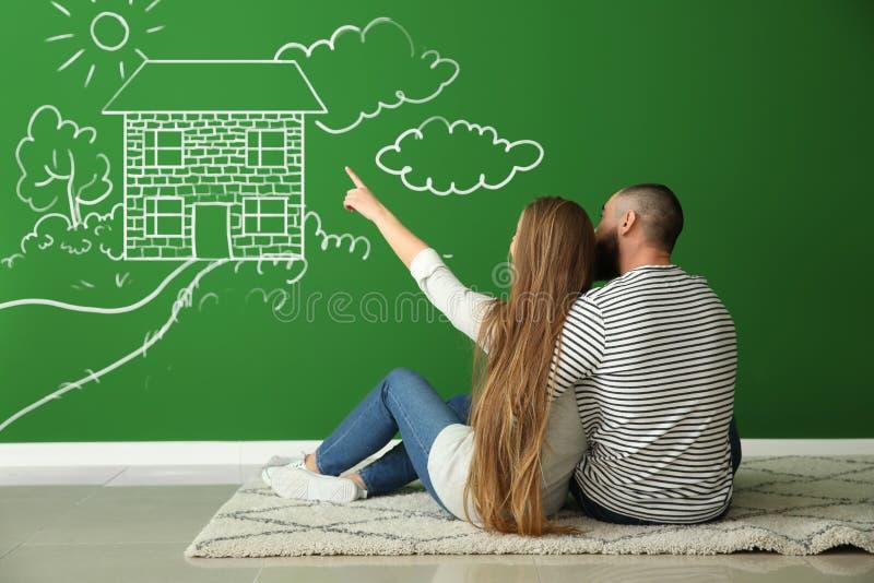 Unga par som tänker om design av deras nya lägenhet royaltyfria foton