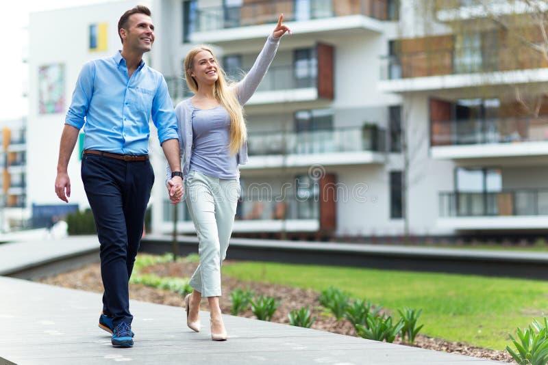 Unga par som utomhus ler arkivfoto