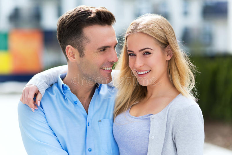 Unga par som utomhus ler royaltyfri bild