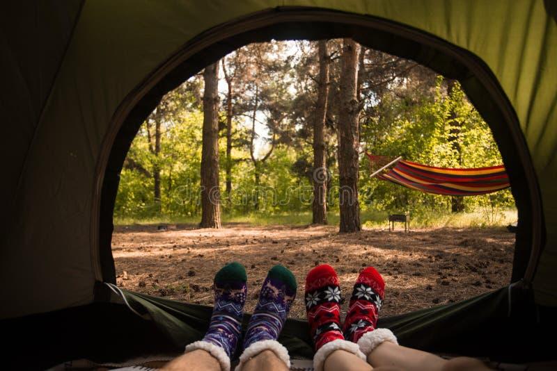 Unga par som vilar i det campa tältet, siktsinsida arkivfoton