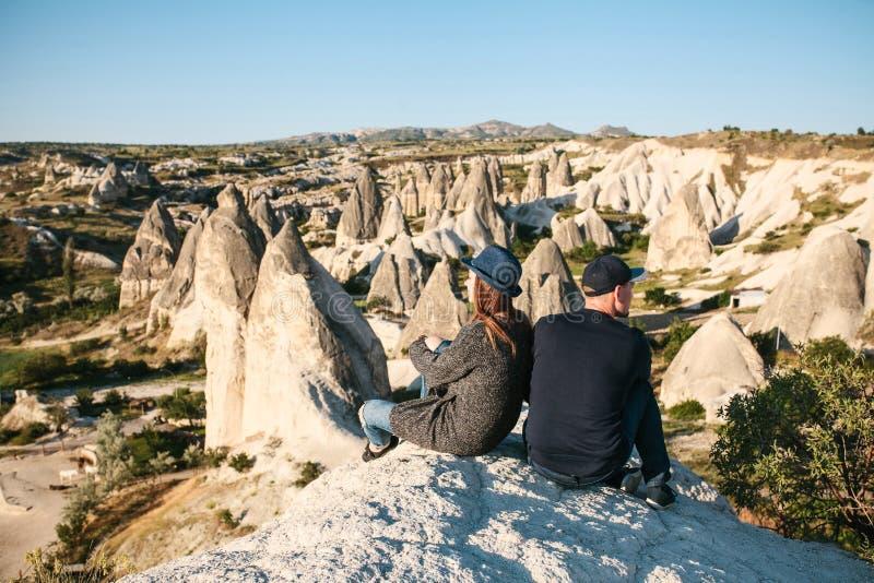 Unga par spenderar tid som beundrar tillsammans det härliga naturliga landskapet royaltyfri fotografi