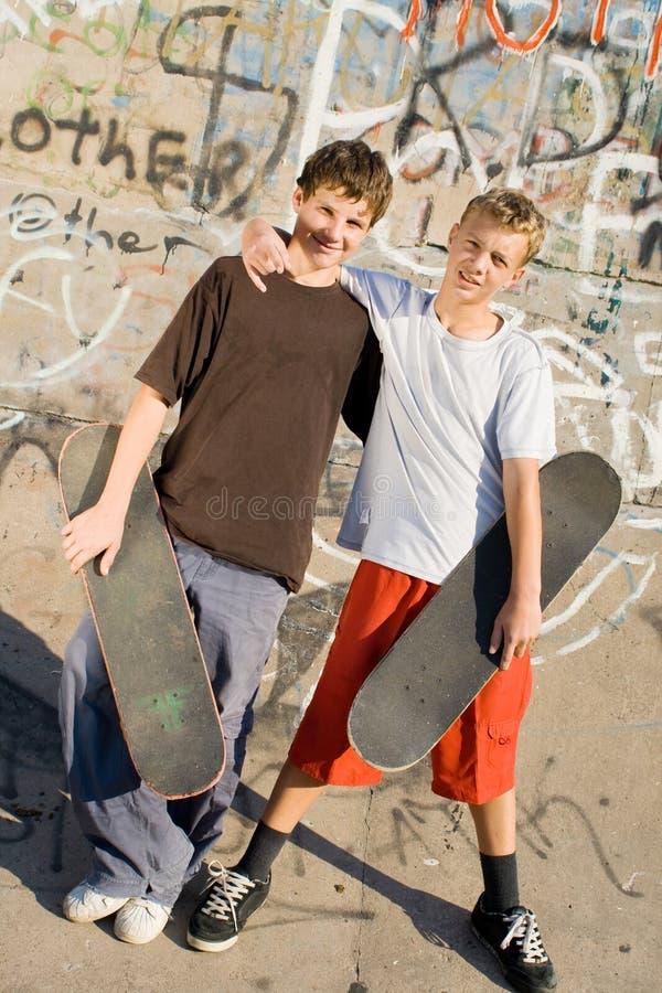 unga pojkar arkivbild