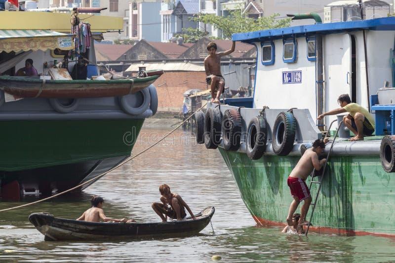 Unga pojkar på den Saigon floden arkivbilder