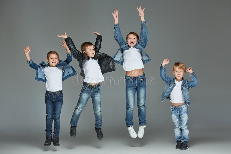 Unga pojkar som hoppar på studion arkivfoton