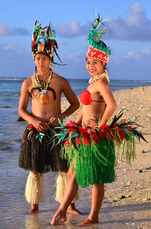 Unga Polynesian för Tahitian för Stillahavs- ö par dansare royaltyfria bilder