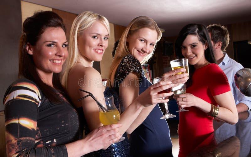 unga posera kvinnor för deltagare royaltyfria foton