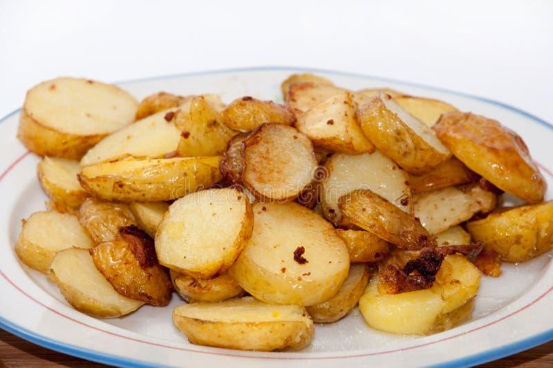Unga potatisar stekte och tjänade som på plattan royaltyfria bilder