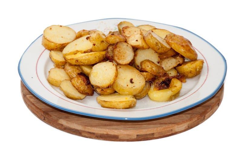 Unga potatisar stekte och tjänade som på plattan royaltyfri bild