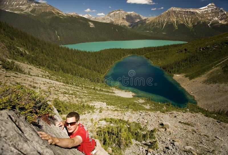 unga räckvidder för klättrarehandtagberg royaltyfria foton