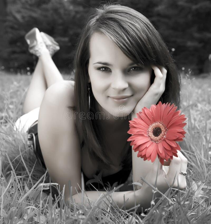 unga röda kvinnor för blommala arkivbild