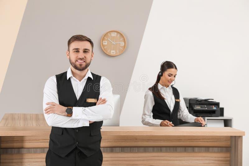 Unga receptionister i yrkesmässig likformig arkivfoton