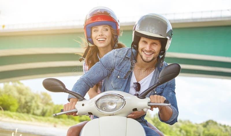 Unga roliga nätta par för modetappninghipster royaltyfria bilder