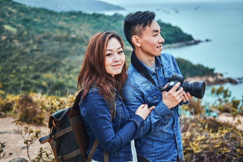 Unga romantiker tycker om den härliga naturen royaltyfria foton