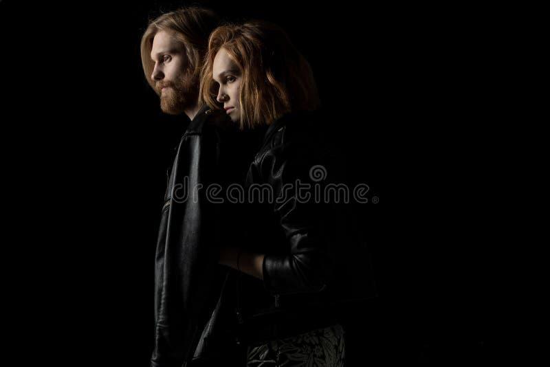 Unga romantiska par i läderomslag som enjoing tid tillsammans royaltyfri fotografi