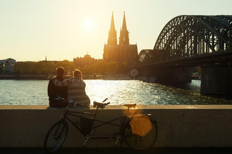 Unga romantiska par som spenderar deras semester i Cologne, tysk arkivbild