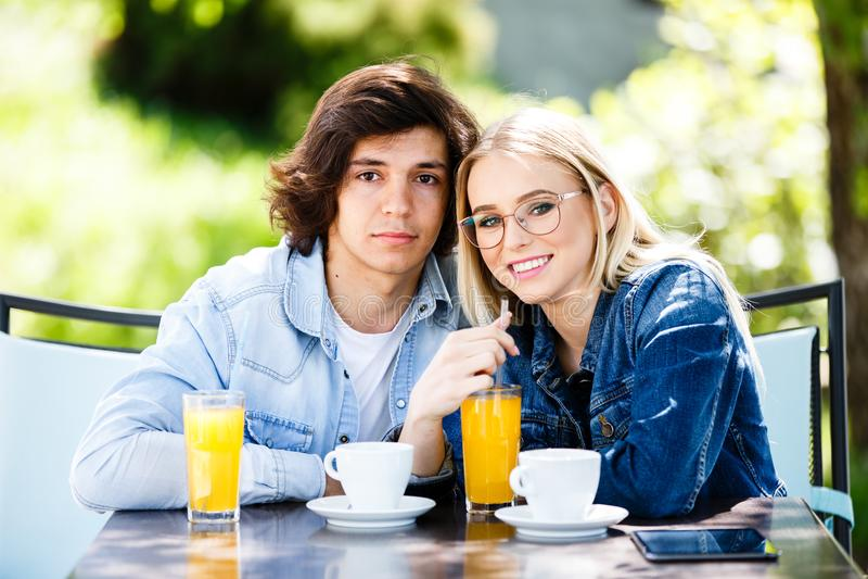 Unga romantiska par som tillsammans spenderar sammanträde för tid - i kafé` s royaltyfri foto