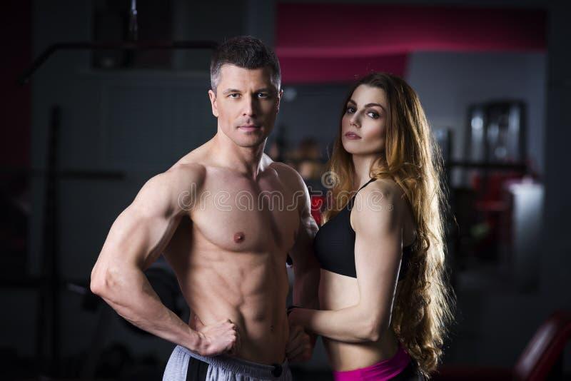 Unga sexiga par, idrotts- man och kvinna efter konditionövning, perfekt muskulös kropp arkivbilder