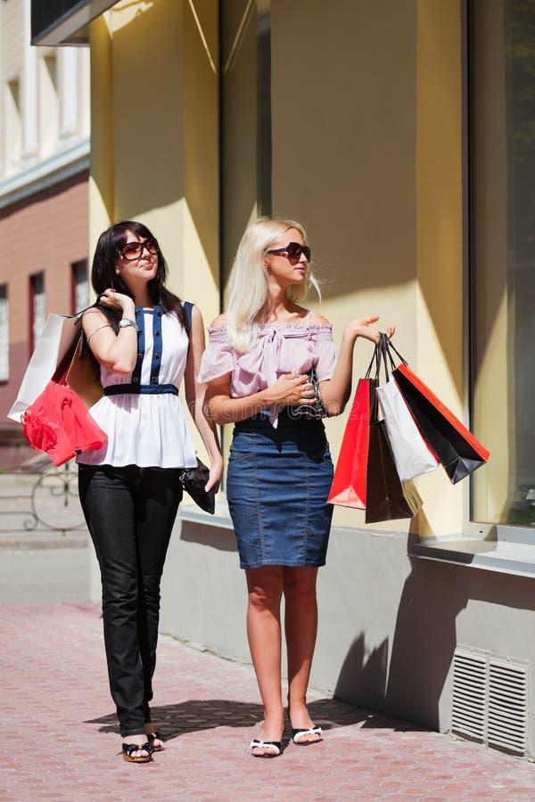 unga shoppingkvinnor royaltyfria foton