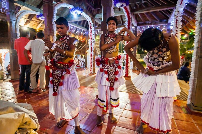Unga skådespelare klär upp för Kandy Esala Perahera fotografering för bildbyråer