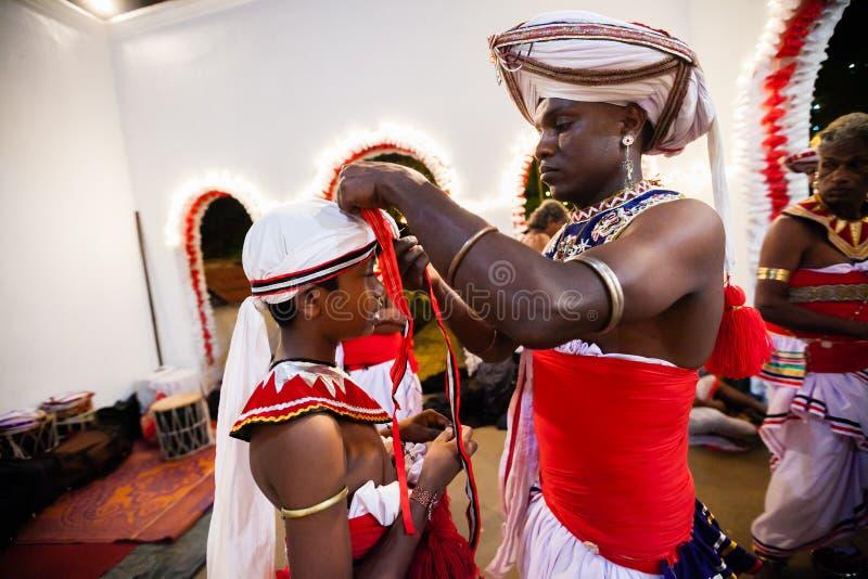 Unga skådespelare klär upp för Kandy Esala Perahera royaltyfri foto