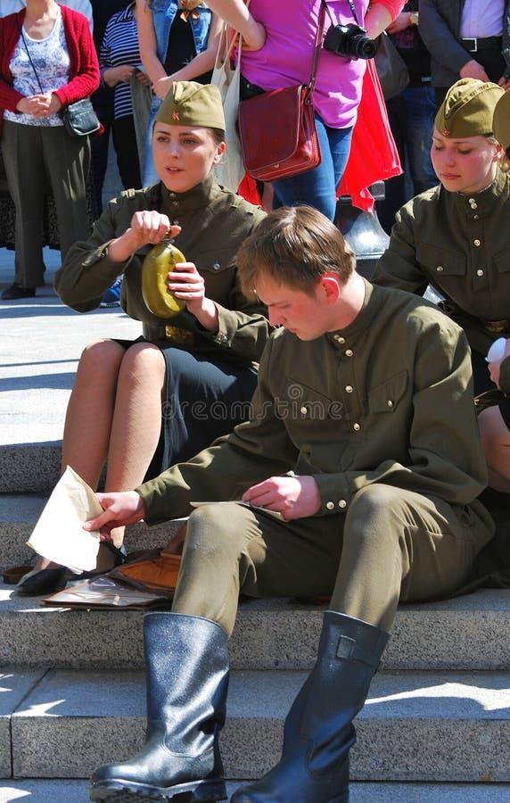 Unga skådespelare utför på gatan royaltyfri foto