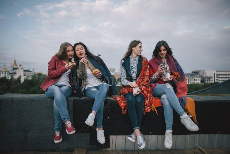 Unga stilfulla flickor som tillsammans spenderar bra tid arkivbilder
