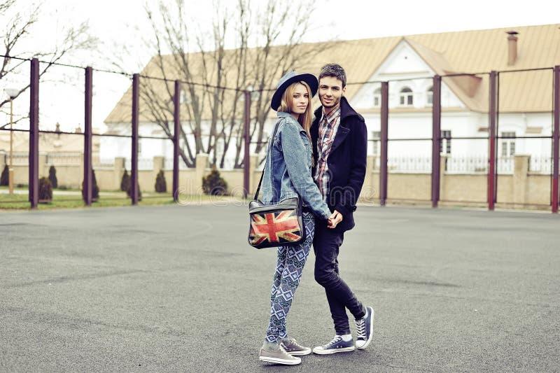 Unga stilfulla hipsters kopplar ihop den utomhus- modeståenden arkivbilder
