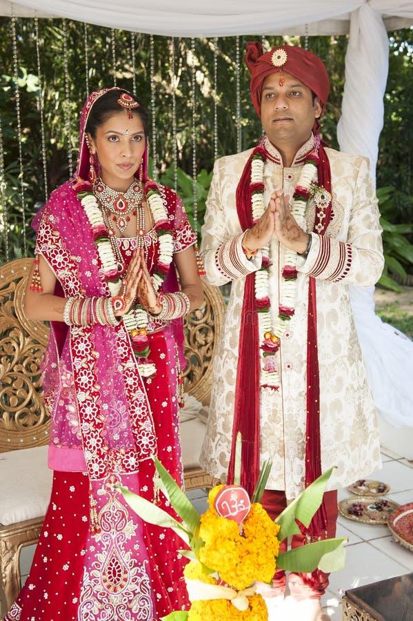 Unga stiliga hinduiska brud- par i traditionell dress med bröllopceremoni utgör arkivfoto