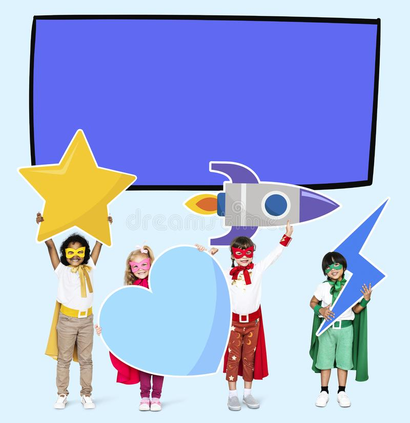 Unga superheroes som följer deras drömmar vektor illustrationer