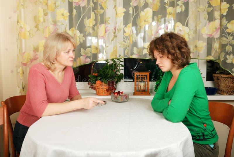 unga svåra kvinnor för vuxen konversation arkivbilder