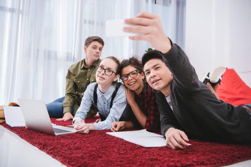 unga tonåriga studenter som ligger på matta royaltyfri fotografi