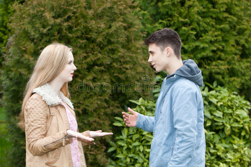 Unga tonårs- par som har en upphettad diskussion fotografering för bildbyråer