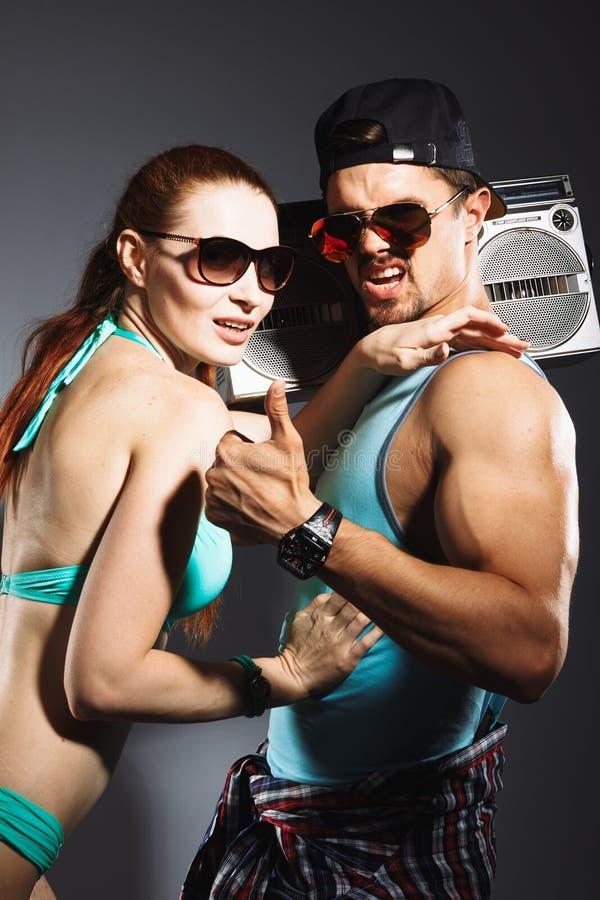 Unga trendiga par på studiobakgrund arkivfoto