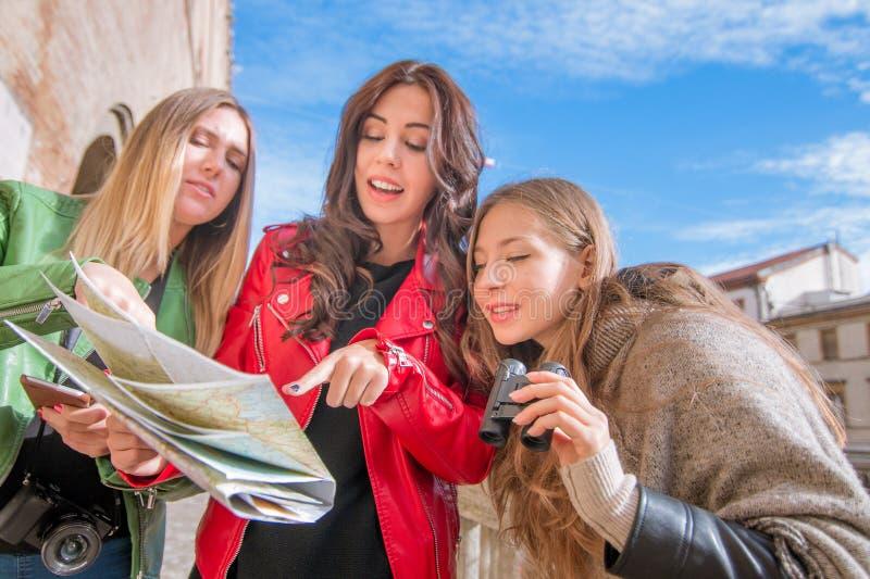 Unga turister på en tur royaltyfria foton