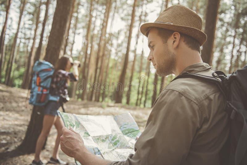 Unga turister undersöker djurliv arkivbilder
