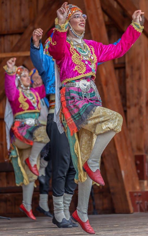 Unga turkiska dansare i traditionell dräkt royaltyfria bilder