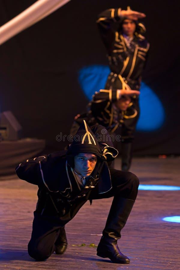 Unga turkiska dansare i traditionell dräkt royaltyfri bild