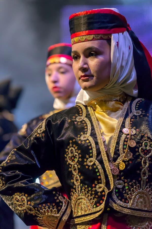 Unga turkiska dansare i traditionell dräkt royaltyfri foto