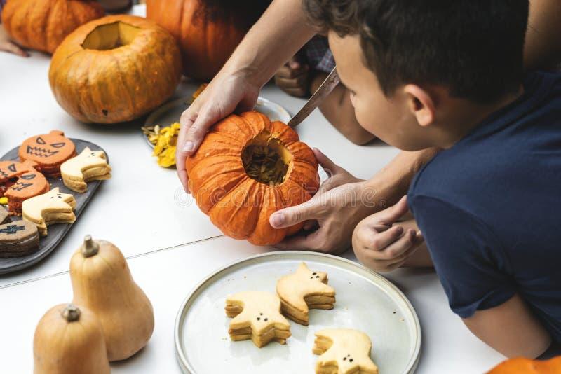 Unga ungar som snider allhelgonaaftonstålar-nolla-lyktor royaltyfri fotografi