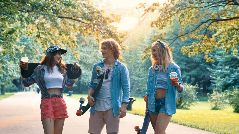 Unga vänner i sommar arkivbilder