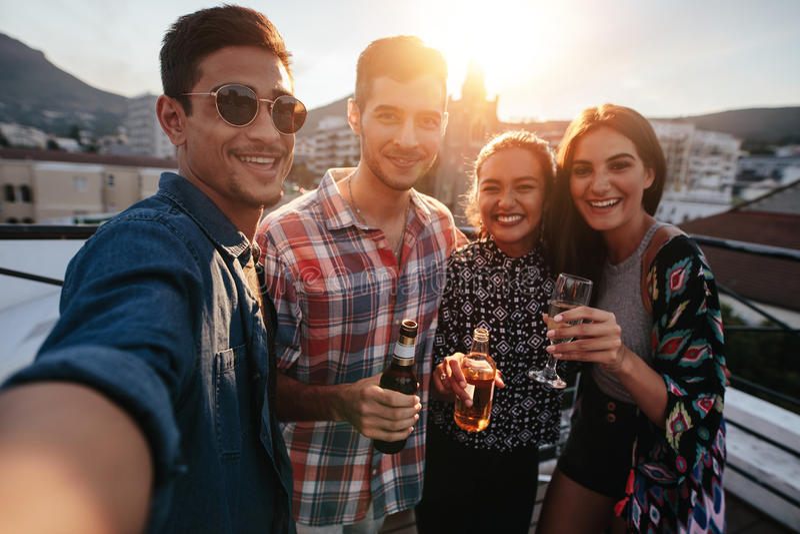 Unga vänner som festar ta tillsammans selfie royaltyfria bilder